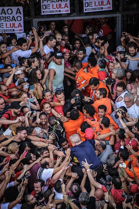 Ex-presidente Luiz Inácio Lula da Silva é carregado nos braços do povo que o apoiava horas antes de sua prisão pela Polícia Federal.  São Bernardo do Campo - 7 de abril de 2018
