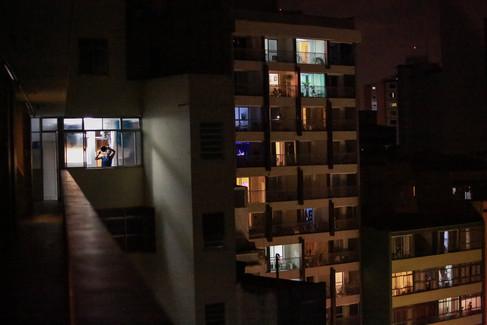 Homem bate panelas em panelaço contra o posicionamento do presidente Jair Bolsonaro diante da pandemia de Covid-19 - São Paulo, abril de 2020