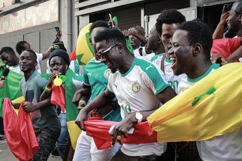 Imigrantes Senegaleses assistem ao jogo das quartas de final da Copa de 2018, em um bar no centro de São Paulo - 28-06-18