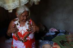 Maura Wajuru com antigos artefatos do povo Wajuru, que guarda em seu quarto