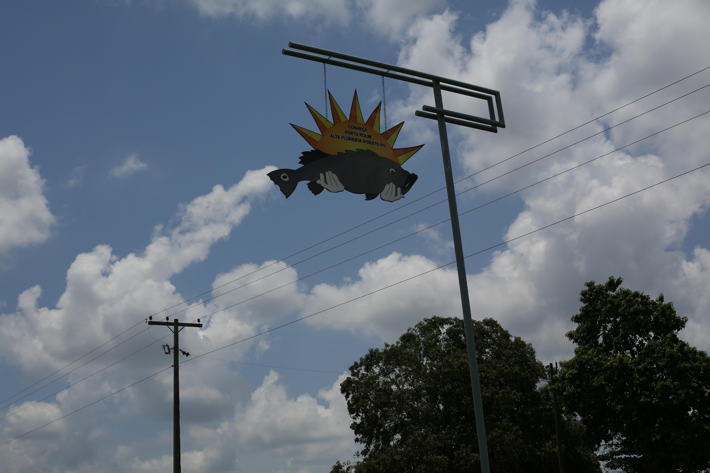 Placas convidam turistas a visitar e pescar em território dos Wajuru