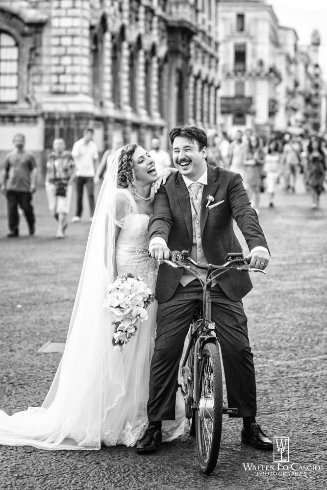 Gli sposi in bicicletta. Photo Walter Lo Cascio