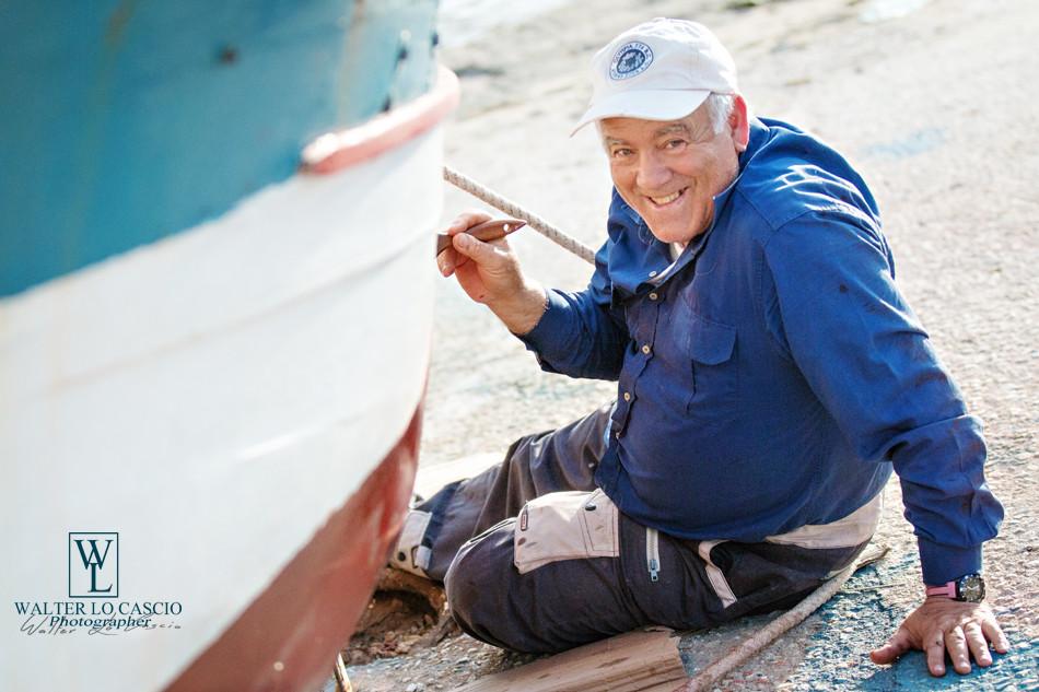 Isola di Favignana, Pescatore restaura la barca