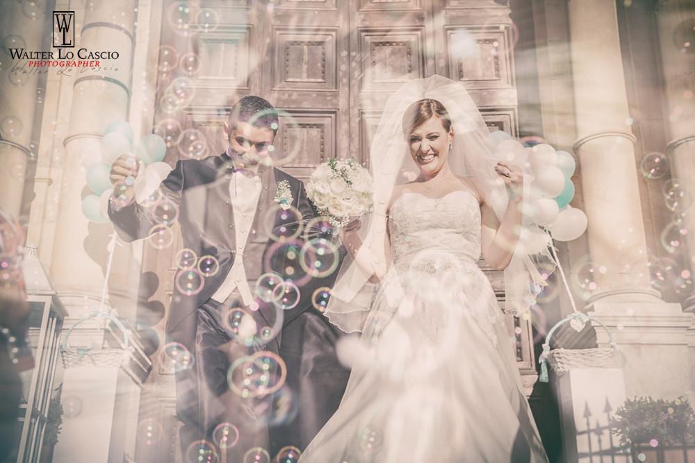 Bolle di sapone alla fine della messa degli sposi