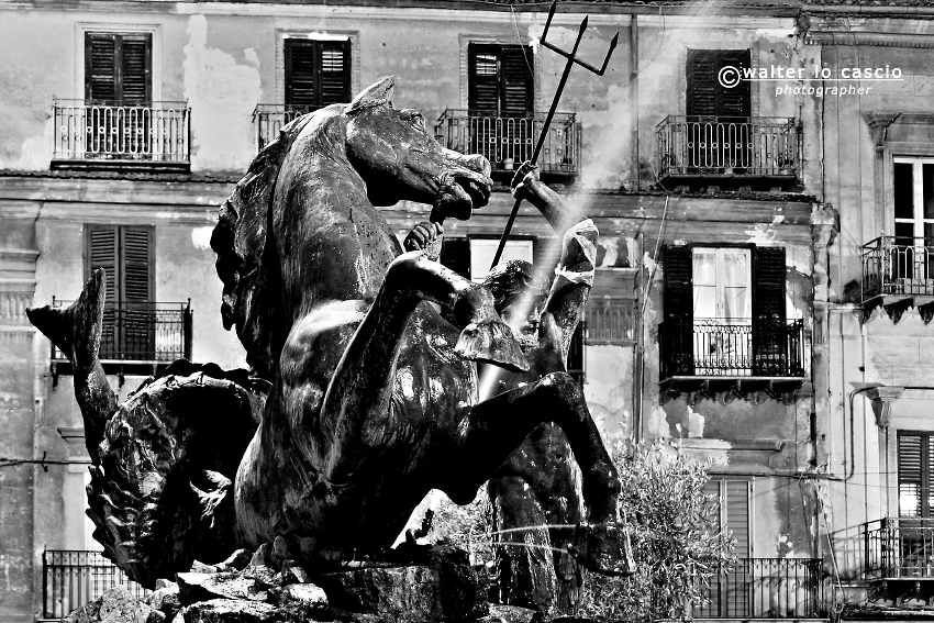 fontana-del-tritone-caltanissetta_7144830655_o.jpg