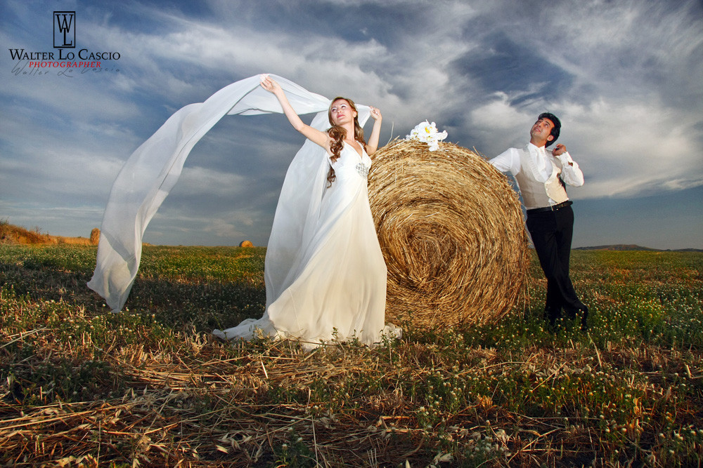 Sposi sulle balle di fieno (foto Walter Lo Cascio)