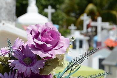 Beerdigung_Friedhof_Blumen.jpg