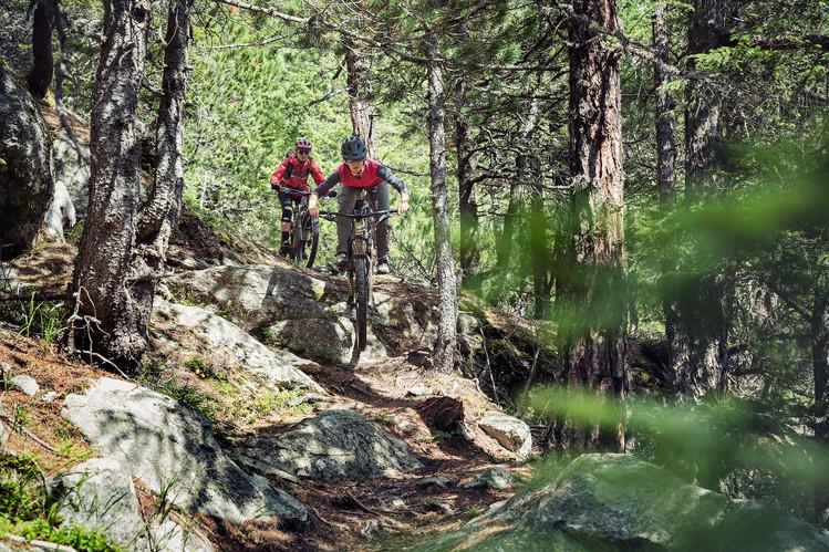 Zwei Mountainbikerinnen auf dem Trail vom Berninapass ins Val Poschiavo