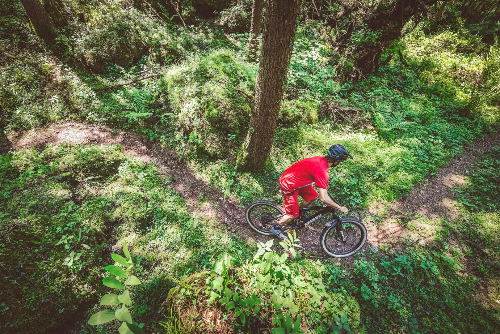 Mountainbiker auf einem Trail in der Lombardei