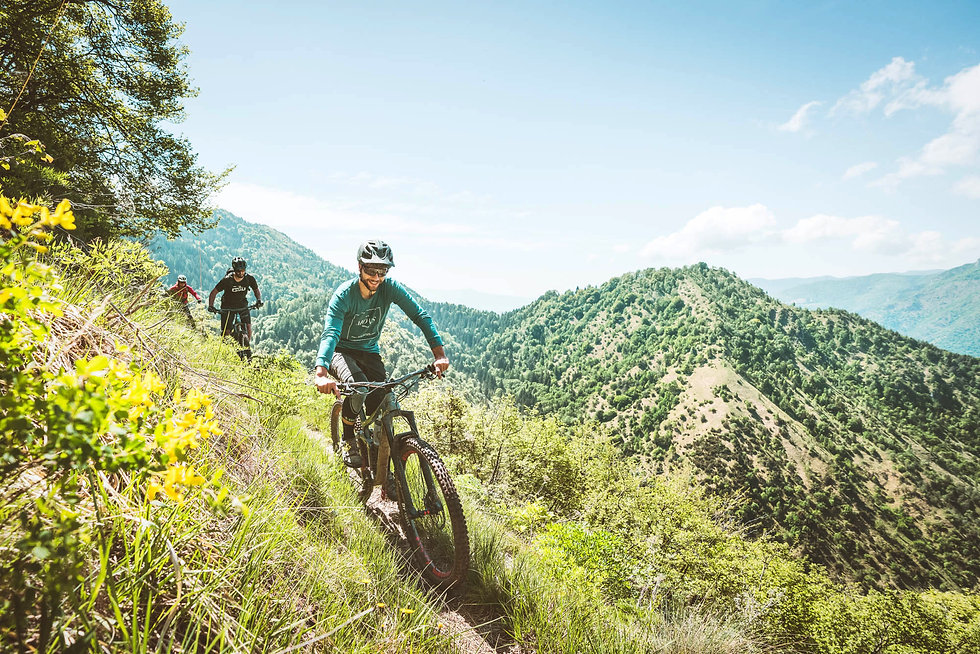 Mountainbiker in den Hügeln von Norditalien, Lombardei.