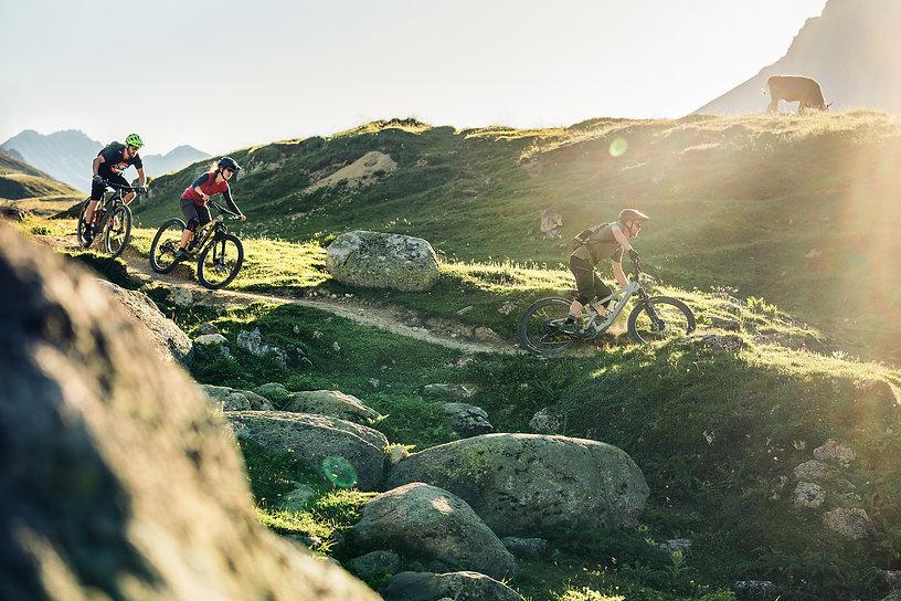 Mountainbiker im Abendlicht auf dem Albulapass