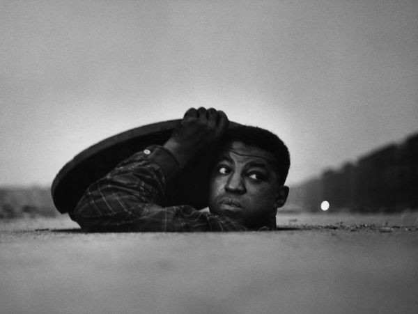 Gordon Parks. 'The Invisible Man'. Harlem, Nueva York, 1952  Galería Jenkins Johnson.