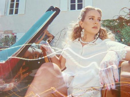 Llega a España 'Violet hace el puente sobre la hierba', el primer libro de la poetisa Lana del Rey.