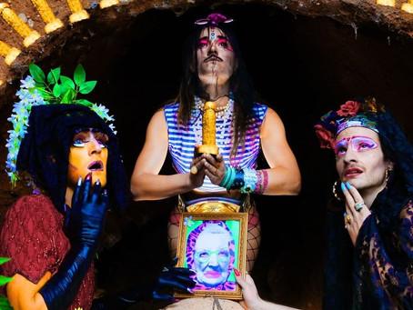Las Marikarmen, banda musical travesti,  lanzan su primer álbum.