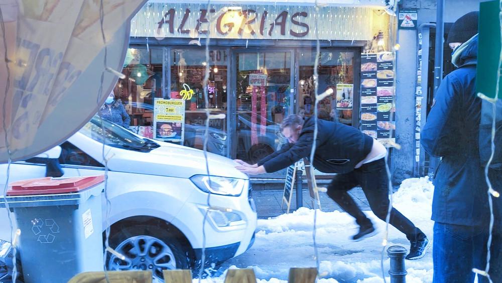 Un hombre ataja a un coche que se desplaza por culpa de la helada. Lunes 11 de Enero de 2021.