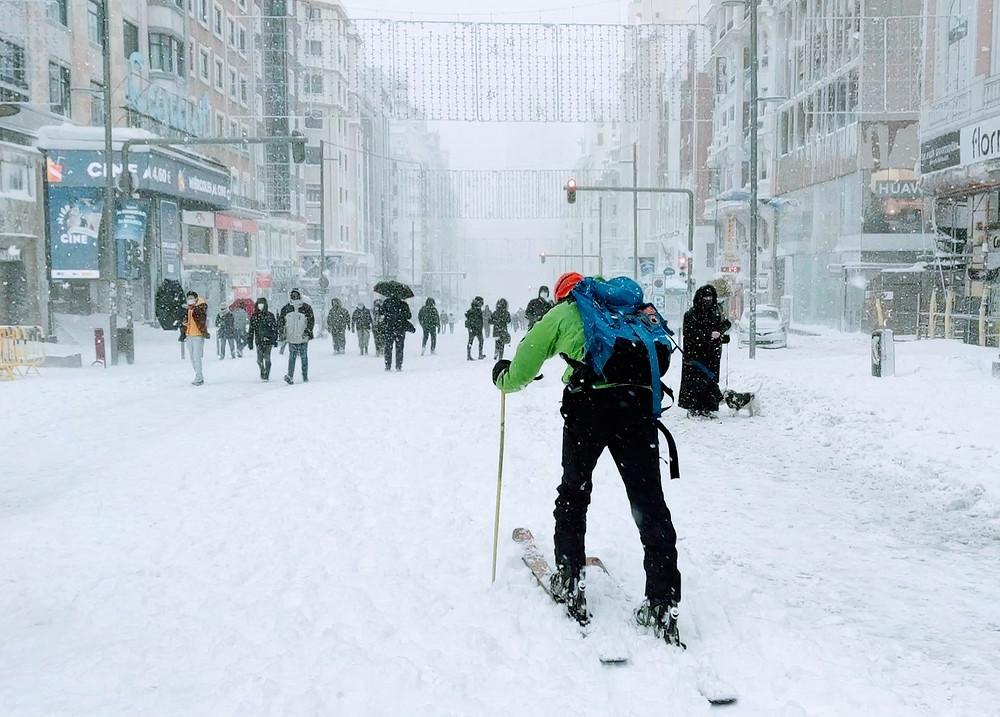 Un joven esquía en Gran Vía aprovechando la helada causada por la borrasca Filomena.