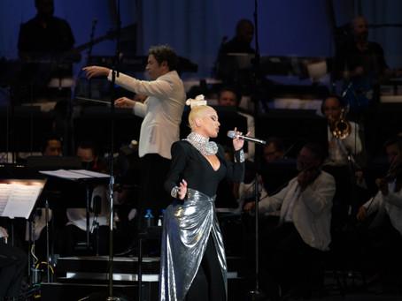 """La música en vivo """"resucita"""" con la voz de Christina Aguilera y la batuta de Gustavo Dudamel."""