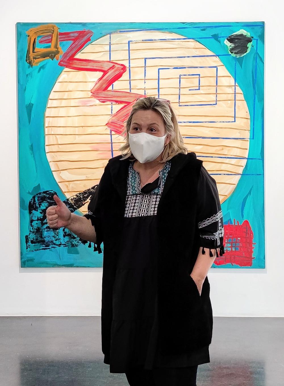 Raquel Ponce (Ponce+Robles) frente a una obra de Menchu Lamas.