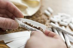 Eine Zigarette rollen