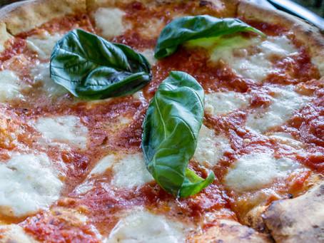 Pizza e vino: ecco 3 OTTIMI abbinamenti da leccarsi i baffi.