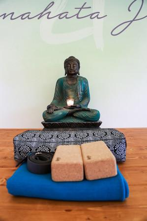 Buddha_s_pomůckami.jpg