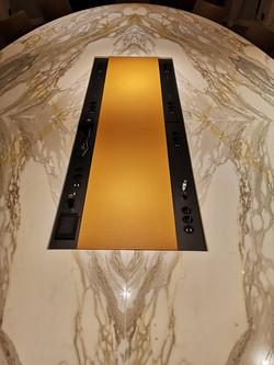 Intégration de connectique audiovisuelle dans une table en marbre