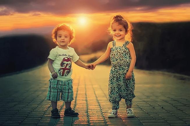 deux jeunes enfants se tenant la main