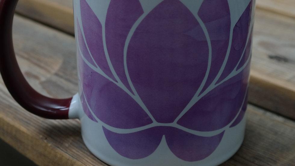 Tasse mit Lotusblüte