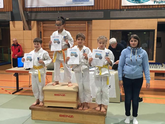 Fünf Judoka beim Schneemannturnier