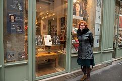 Natacha Sibellas devant La Librairie des Femmes à Paris