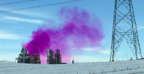 Extraño humo de color rosa sobre ciudad canadiense preocupa a los residentes