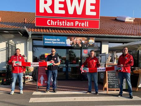 Fußballer gratulieren REWE Christian Prell zur Neueröffnung