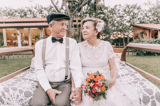 遲咗60年嘅婚紗照…