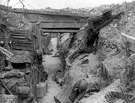 Fotografia de soldados britânicos da Companhia A, 11º Batalhão, Regimento de Cheshire.  Local: França, cantão de Albert, em Ovillers-la-Boisselle.   Batalha de Somme, 1º de julho a 18 de novembro de 1916.