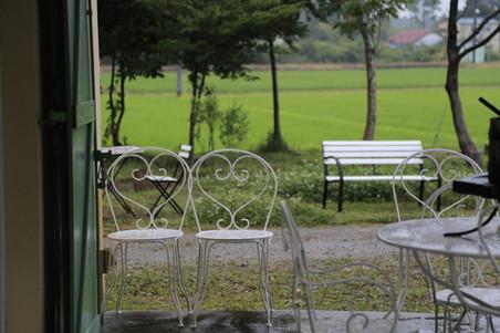 白いアイアンのアンティークのテーブルと椅子