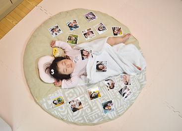 生まれた時からずっと一緒のせんべい座布団。 お昼寝やオムツ替えはもちろん、8ヵ月になった今はプレイスペースにもなり生活の一部になっています。 これからも娘の成長に寄り添ってもらう予定です^_^