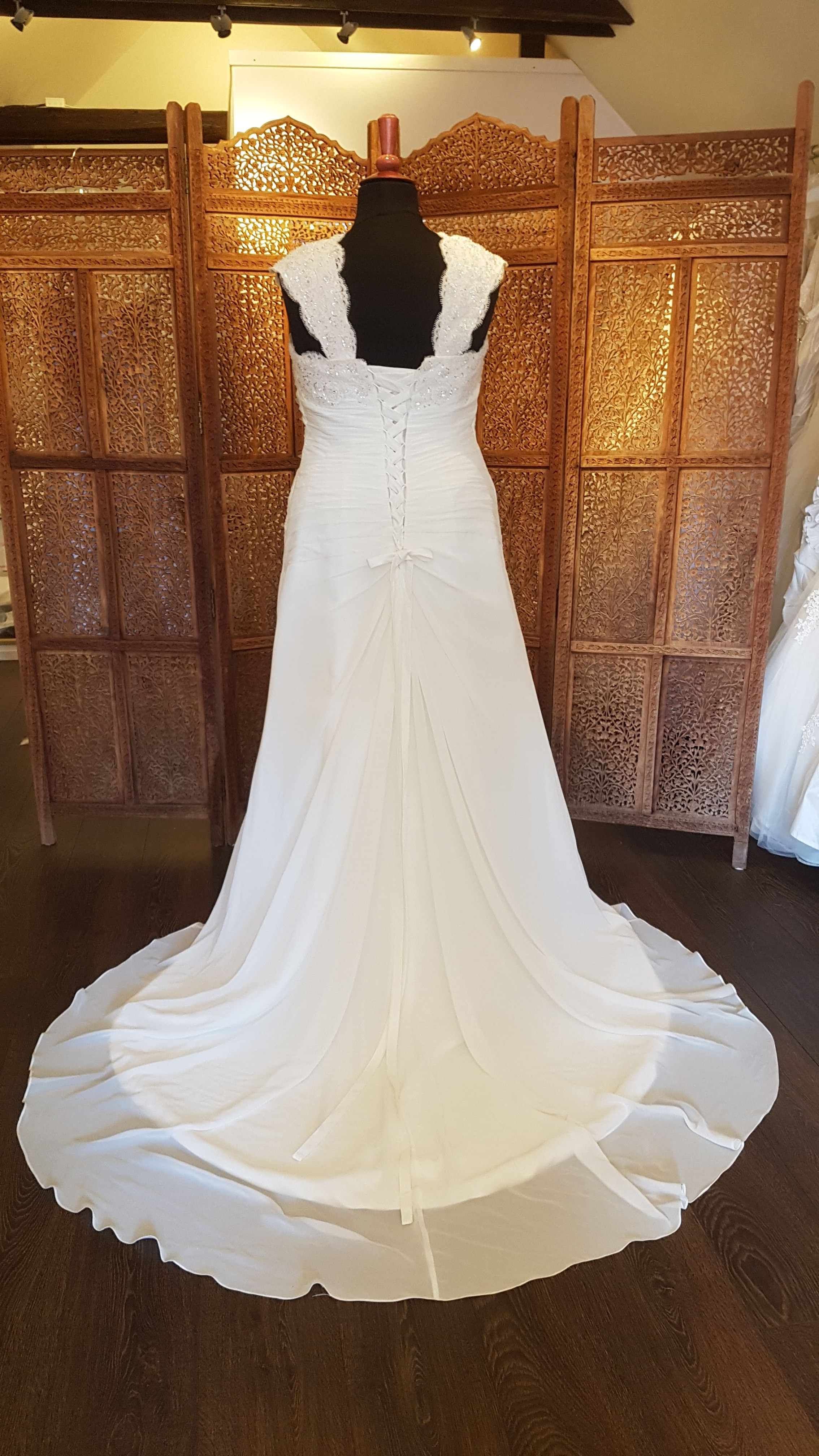 e4ac6d9b Smuk ny brudekjole med blonder og palietter foroven, bredestropper og skørt  i chiffon. Str. 52. Pris 5.395 kr.