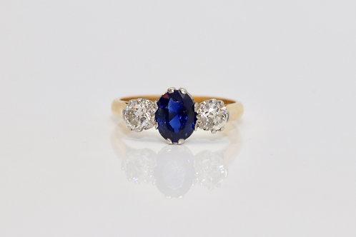 A Stunning Vintage 18ct 750 Gold & Platinum Sapphire & Diamond Three Stone Ring