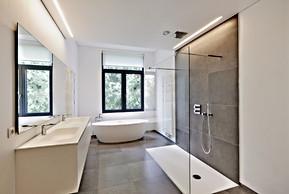 Beautiful Modern Bathroom with Large Frameless Glass Panel