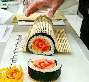 バラの飾り巻き寿司