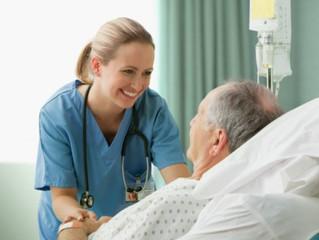 INFIRMIÈRE en GÉRIATRIE : Une formation aux soins spécialisés s'impose