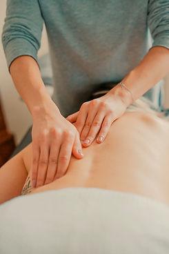 mãos fazendo massagem em costas