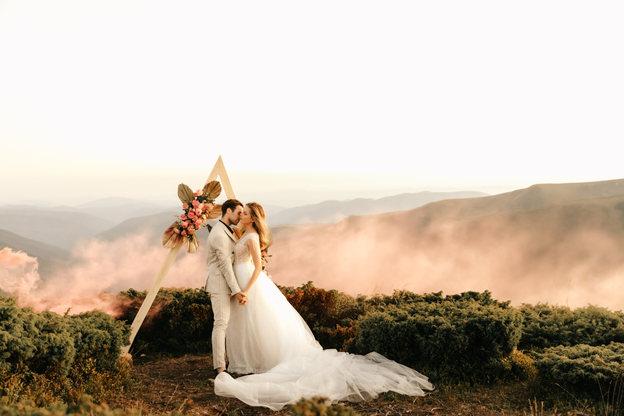 beautiful-wedding-ceremony-mountains-wed