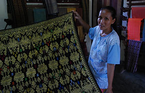 Traditional_sasak_weaving.jpg