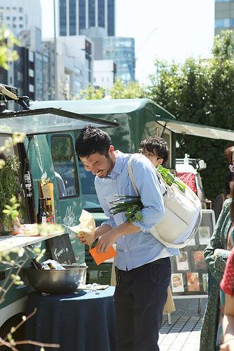 人参や大根、ネギなどは「立てたまま」の保存が最適です。VeigeBAGは朝市やファーマーズマーケットで買った野菜をポケットに入れてお買い物して帰宅後もそのまま「見せる収納」としても使用できるショッピングストレージバッグです。