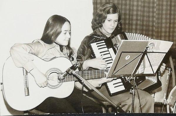 Elfriede Marxreiter als Kind Gitarre spielend