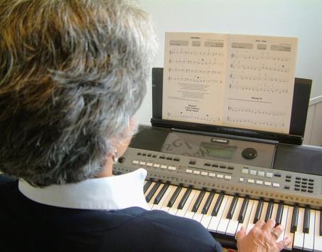 Elfriede Marxreiter spielt Keyboard in Parkstetten (Straubing-Bogen)