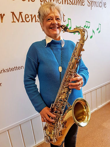 Elfriede Marxreiter hält das Saxophon.jp