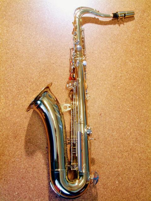Saxophon von der Rückseite am Boden liegend