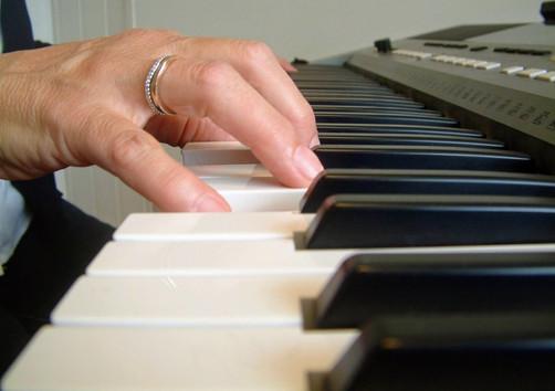 Mit der rechten Hand wird die Melodie gespielt